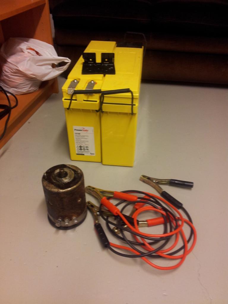Sähkömoottori irroitettu ja testaus suoraan akkukaapeleilla, toimii! Takana Melianin uudet akut...