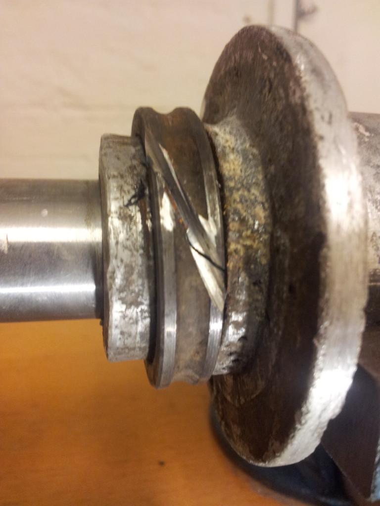 Leikkaus ja pieni vääntö: laakerin rengas napsahti poikki ja irtosi