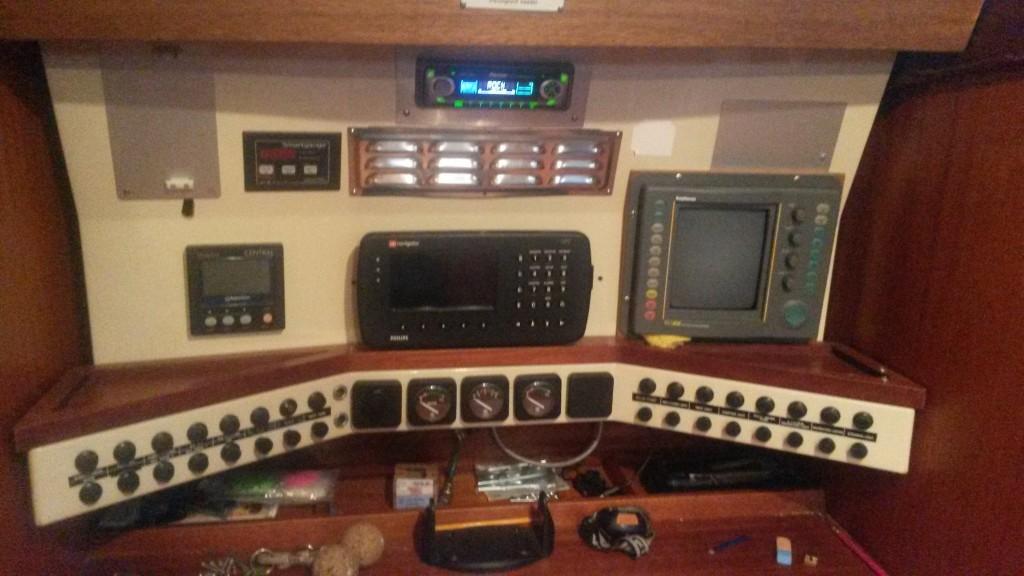 VHF tulee tuohon vanhan Philipsin GPS:n paikalle