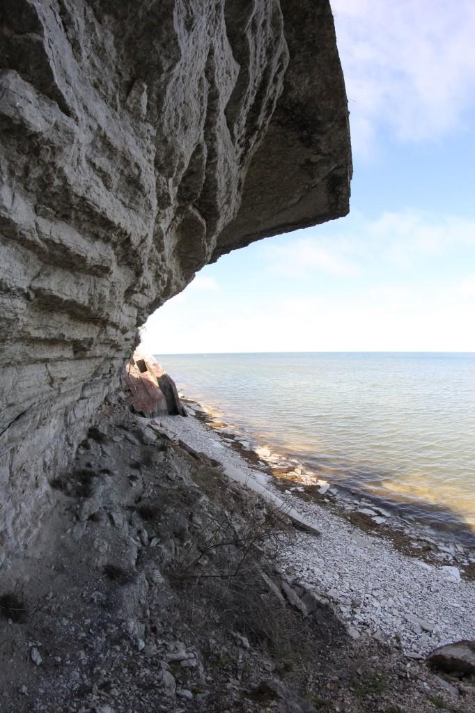 Meri rapauttaa saaren pohjoisrannan jyrkännettä, josta on pudonnut isoja lohkareita mereen. Lopulta lohkareetkin hioutuvat hiekaksi, joka valuu mereen.