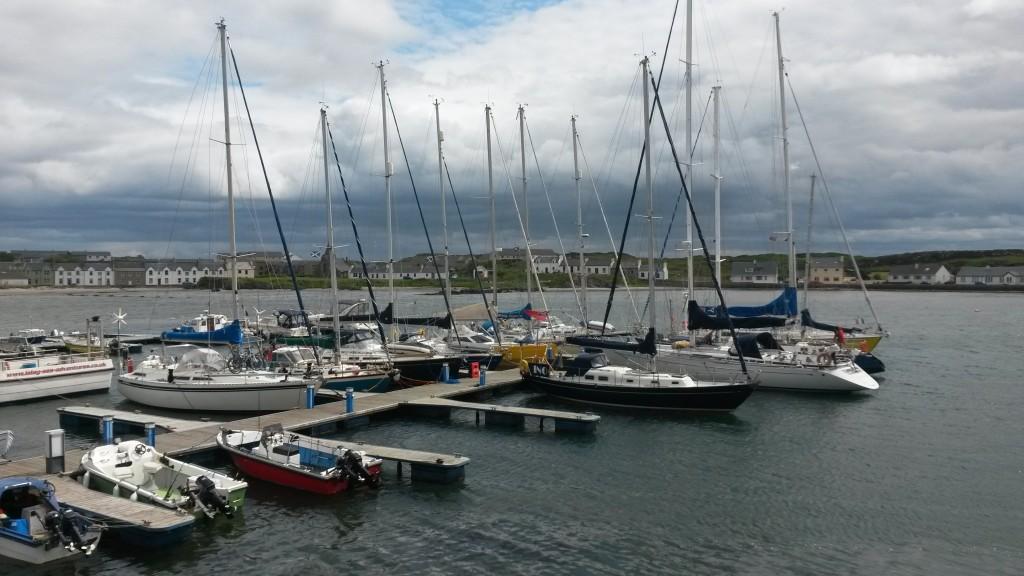 Port Ellenin marinaa, tämä on itse asiassa normaalisti paikallisten laituri, mutta kaikki veneet siirtyivät eilen siihen, koska se on varsinaista vieraslaituria suojaisempi.