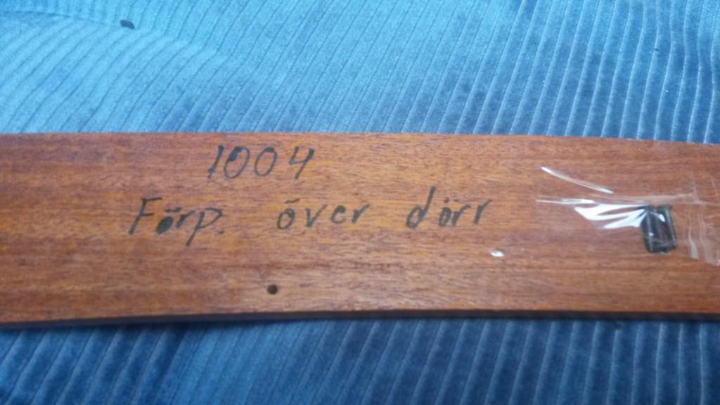 Kaikissa listoissa on veneen runkonumero ja teksti mihin lista kuuluu. Tämä on keulapiikistä, oven yläpuolelta.