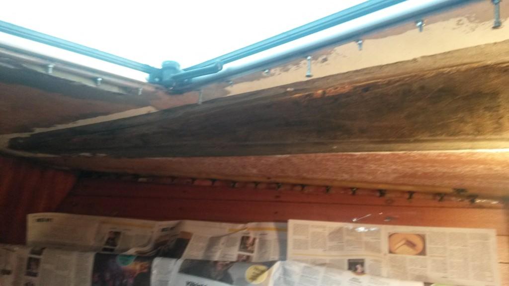 Tumma alue on se, jossa keinonahka on liimattu suoraan kattoon.