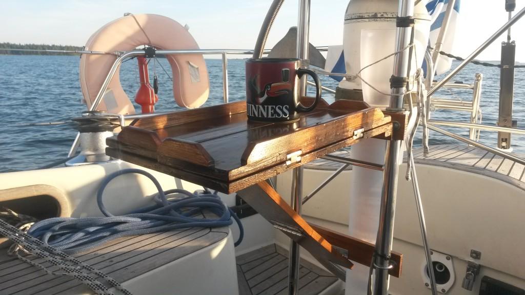 Pöytä voidaan avata myös purjehtiessa, ainakin lenssillä