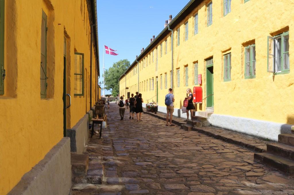 Vanhoja kasarmin rakennuksia, jotka ovat nykyään asumiskäytössä