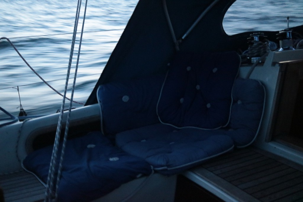 Leppoisaa vahdinpitoa, kaikki veneen kapokkityynyt käytössä