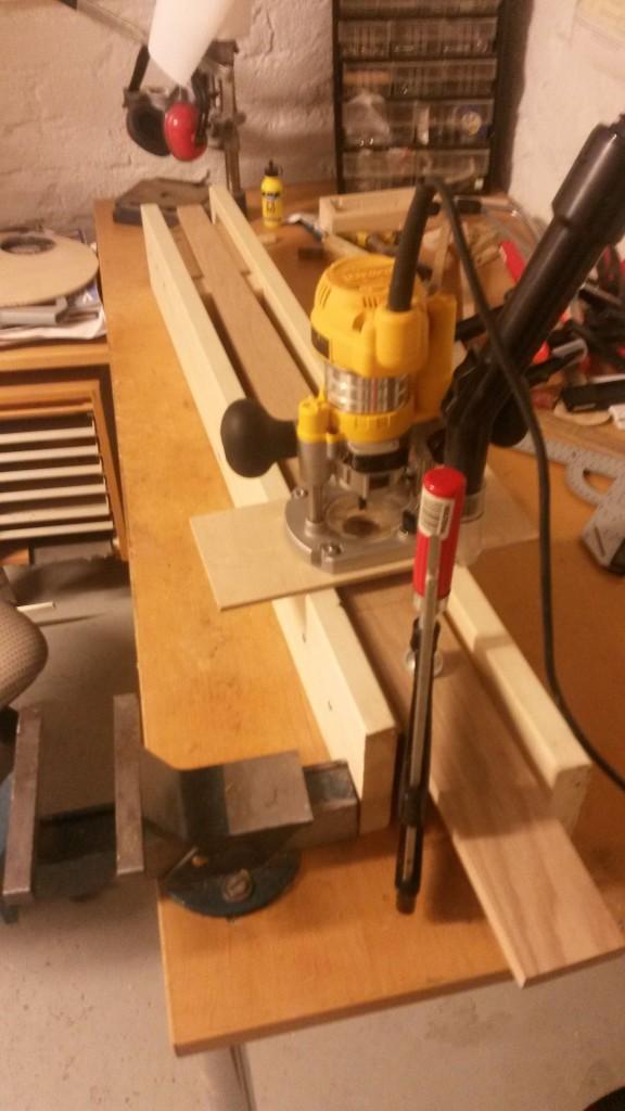 Jigin avulle saa laudan kavennettua tasaisesti nollasta (viiva laudassa) uuteen millin (laudan kavennetussa päässä)