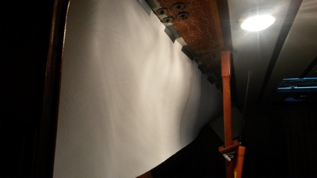 Vuota teipattu kattoon loven leikkaamista varten