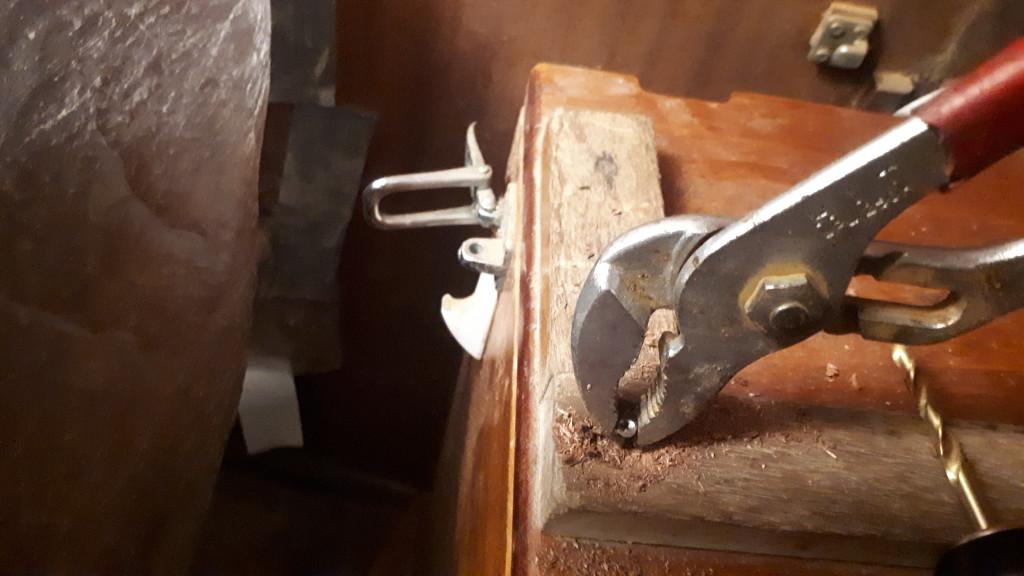 Konekopan päällä olevien puulistojen poisto vaati poraa ja pihdit.