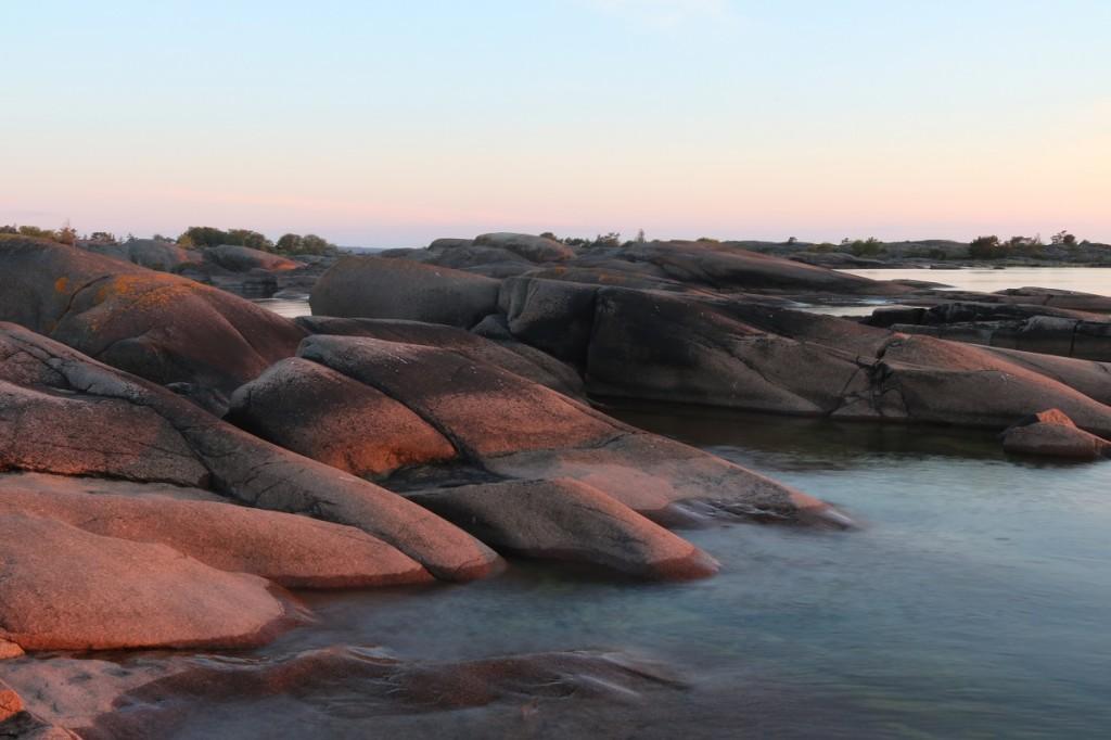Länsipuolen kallioita auringonlaskun aikaan